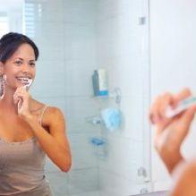 foto mulher escovando dentes