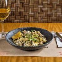 foto de prato e vinho servidos à mesa